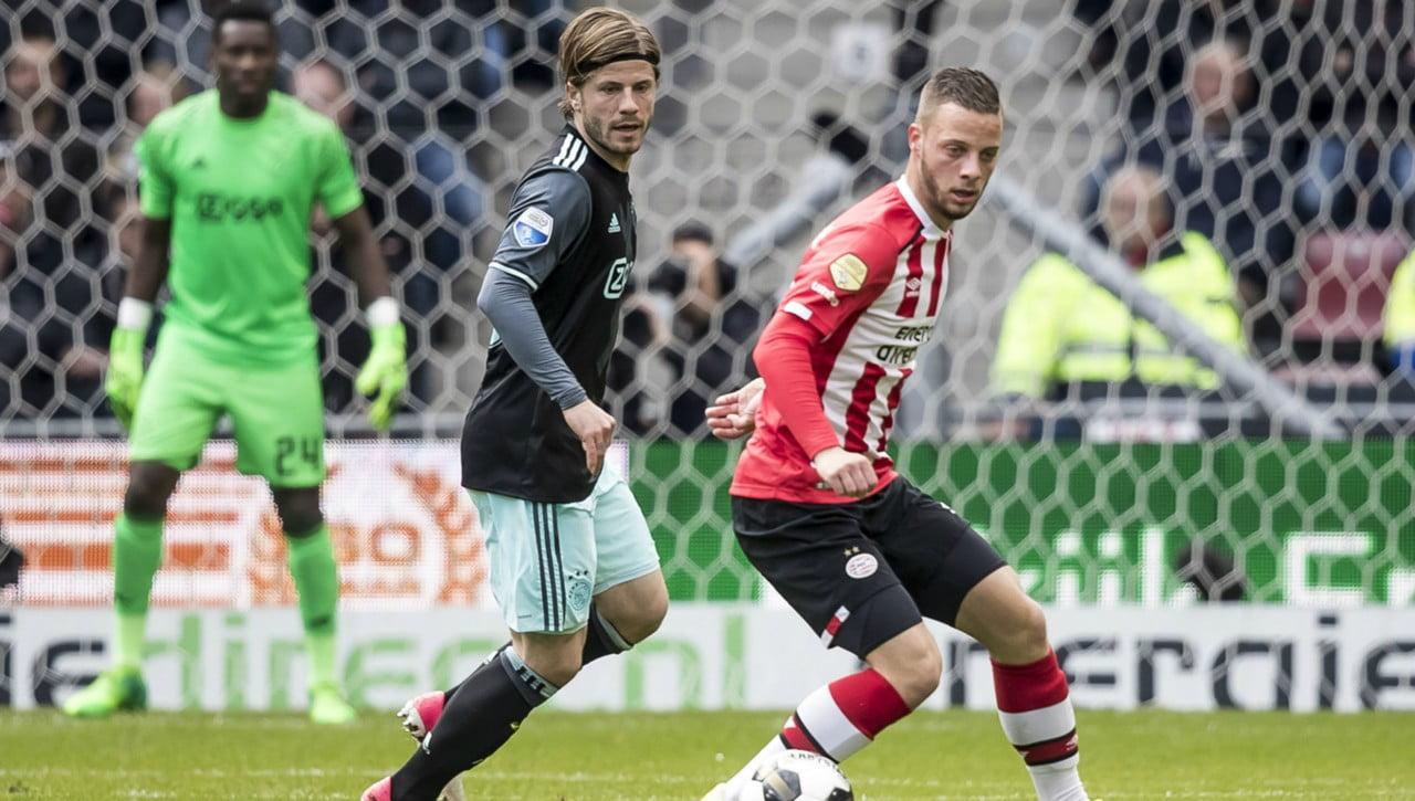 Ajax middenvelder woedend bij late psv goal in zwolle for Ajax kussen